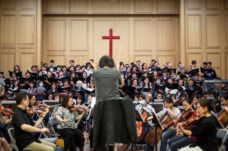 金希文擔任音契合唱管絃樂團指揮和音樂總監近30年,無怨無悔地投入金錢、時間和精力...