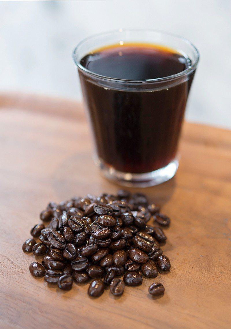 深焙的120元/採用巴拿馬蜜處理豆,啜飲一口宛如融入了在地的緩慢日常步調。