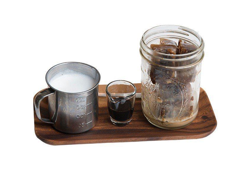 黑磚歐蕾250元/以溫熱牛奶、手工熬製黑糖搭配咖啡冰磚,可隨個人喜好調配口味。