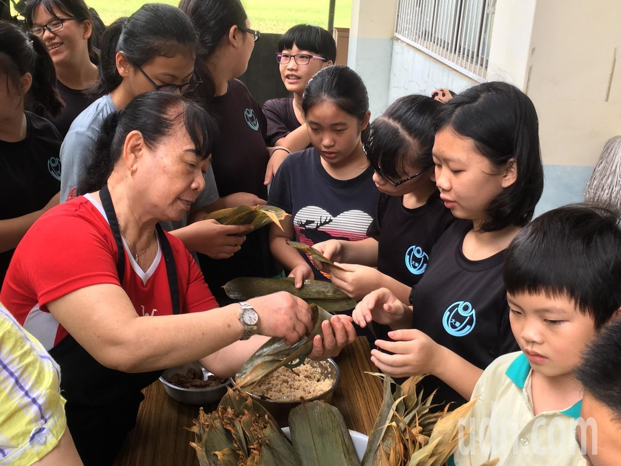 雲林縣斗南鎮農會為幫助弱勢,今天邀請大東國小學生一起包粽子,包好的粽子將捐贈給華...