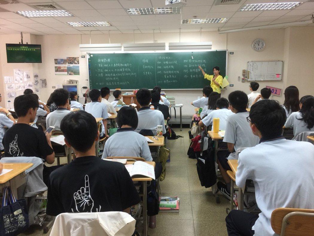桃園鄭文燦今天宣布,桃園市立高中代理教師聘期比照國高調整為一年。圖/桃園教師會提供