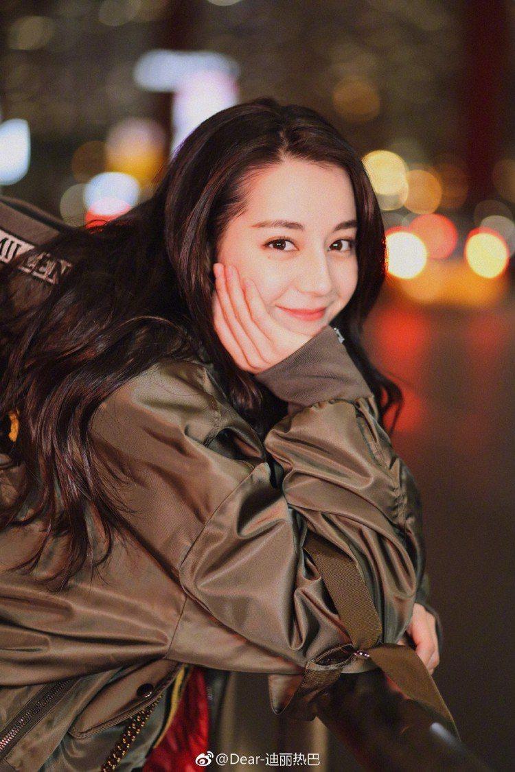 新疆美女迪麗熱巴美得驚人。圖/摘自微博
