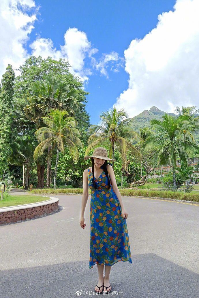 迪麗熱巴曬度假照,網友眼尖發現她穿百元洋裝。圖/摘自微博
