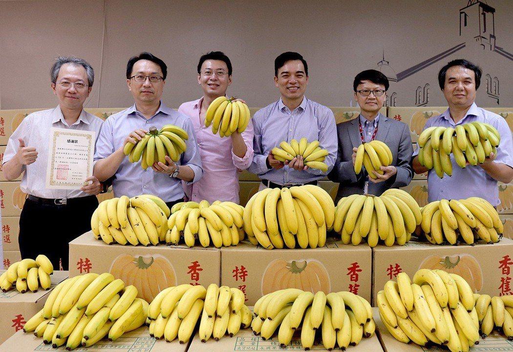 元太偕員工共同認購近8,000公斤香蕉,圖為元太董事長暨執行長柯富仁(右三)、總...