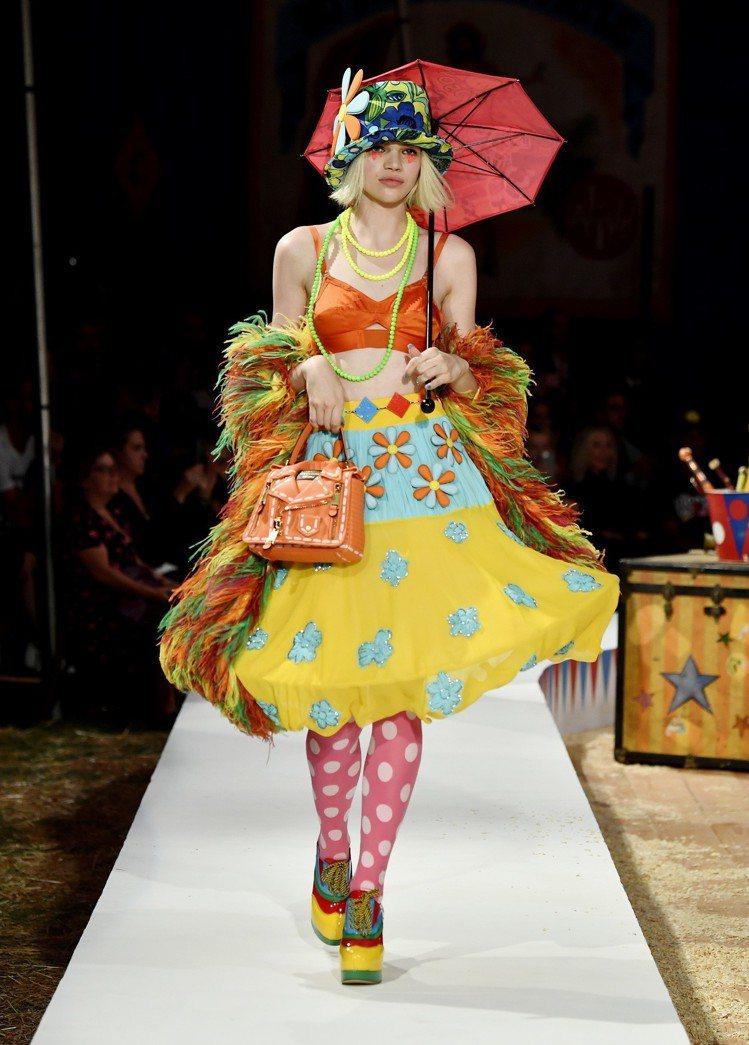 誇張的蓬裙洋裝印上花朵印花,混搭甜美鄉村風。圖/Moschino提供