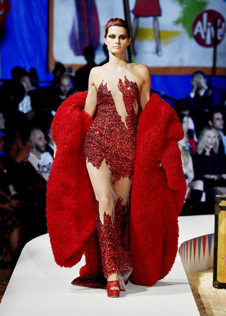 紅色緞面斗篷內搭超級英雄的緊身衣,展現無所畏懼的自我。圖/Moschino提供