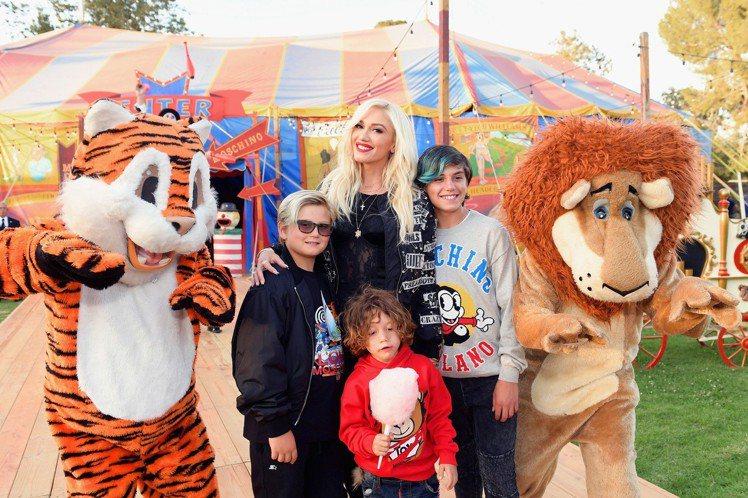 秀場外設置了趣味的馬戲團人物及攤位,圖為關史蒂芬妮與兒子們現身看秀。圖/Mosc...