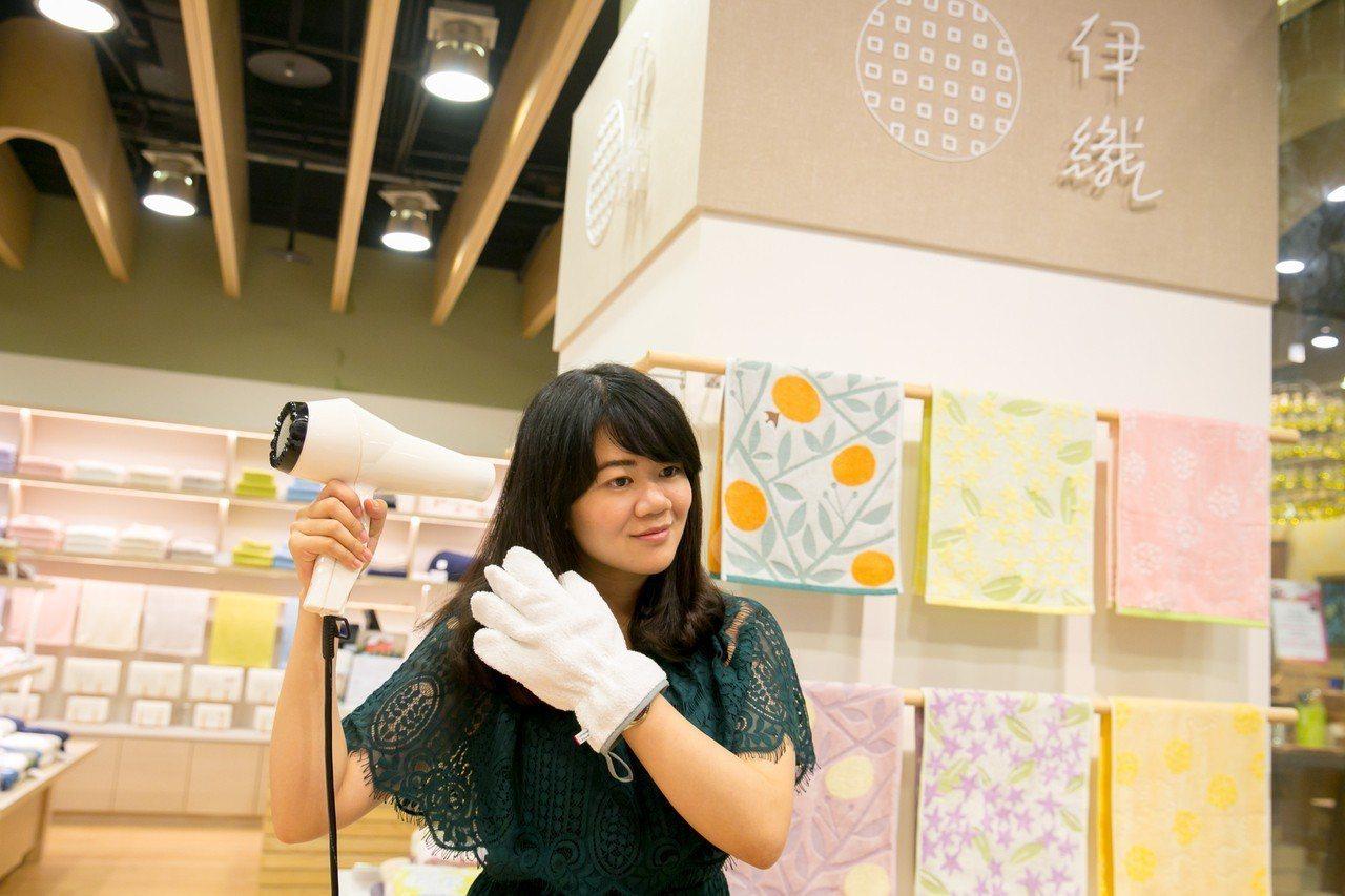 伊織「乾髮手套」是夏季長髮女孩救星,幫助頭髮自然快速乾透。圖/誠品提供