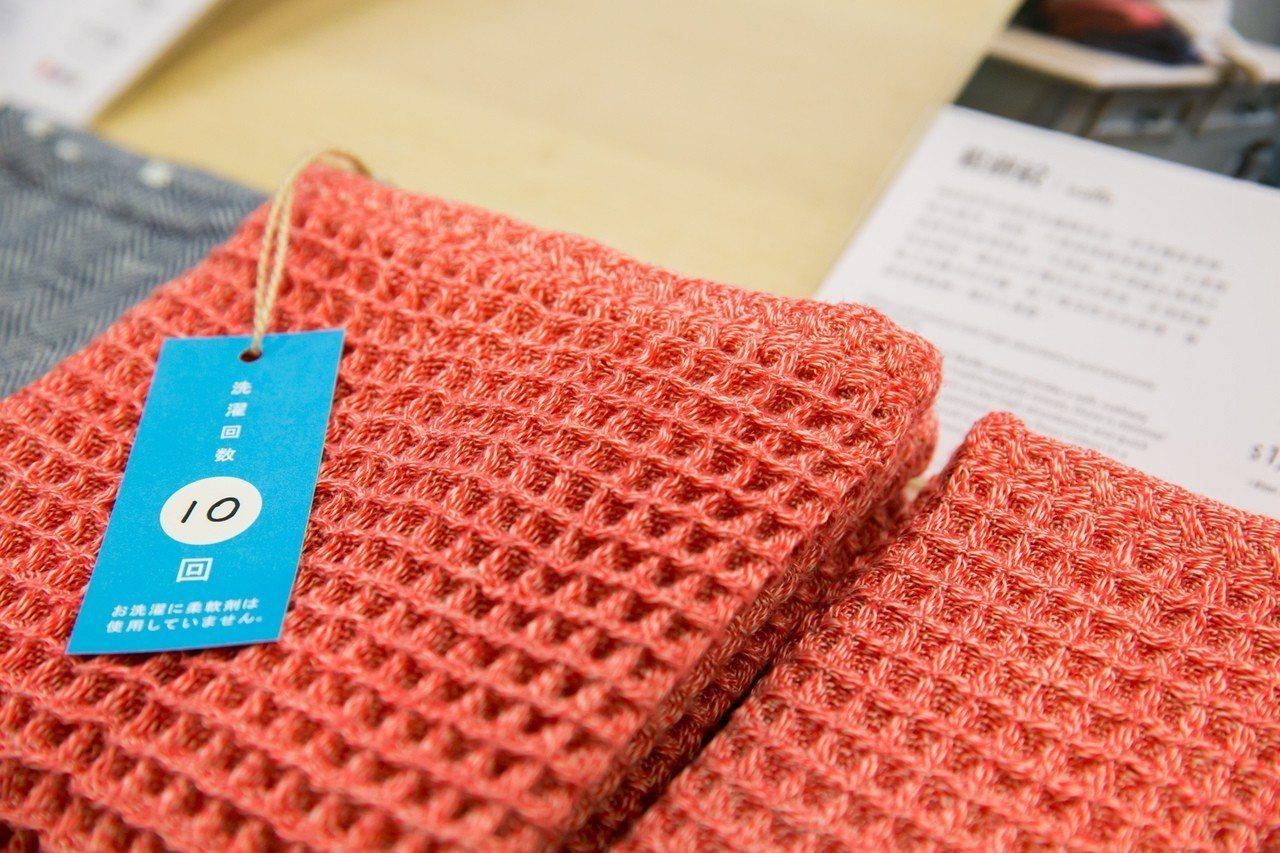 伊織「鬆餅紋」系列,用肉眼就能看見洗十次以上的毛巾較未使用過的更蓬鬆。圖/誠品提...