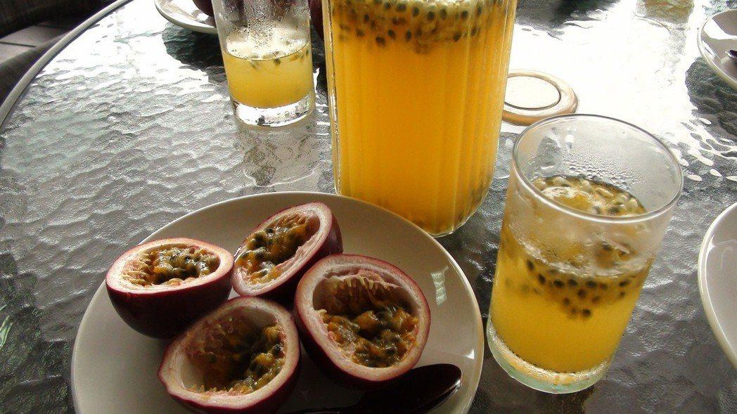 百香果價格穩定,也是很受歡迎的鮮果和果汁。記者謝恩得/攝影