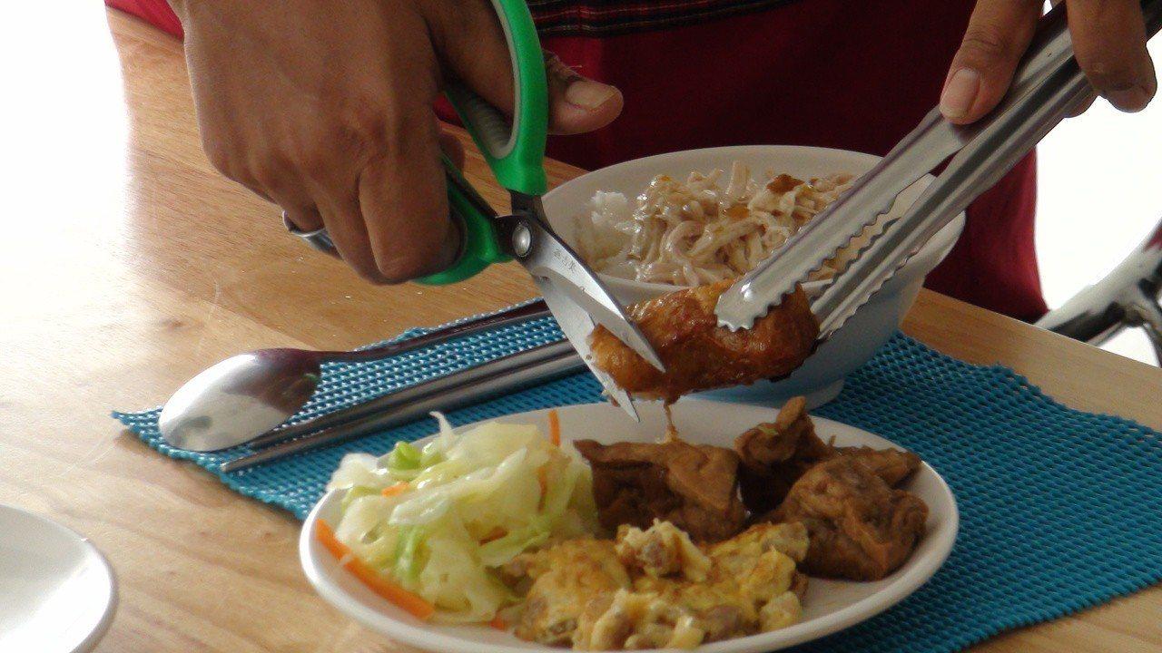 餐點不是全擾拌在一起,不用鐵製盤子,照護人員還會剪切食物好咬食。記者謝恩得/攝影