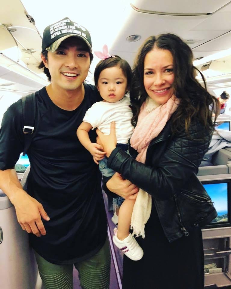 伊凡潔琳莉莉還抱著賀軍翔女兒「美寶」與他合影。圖/擷自賀軍翔臉書