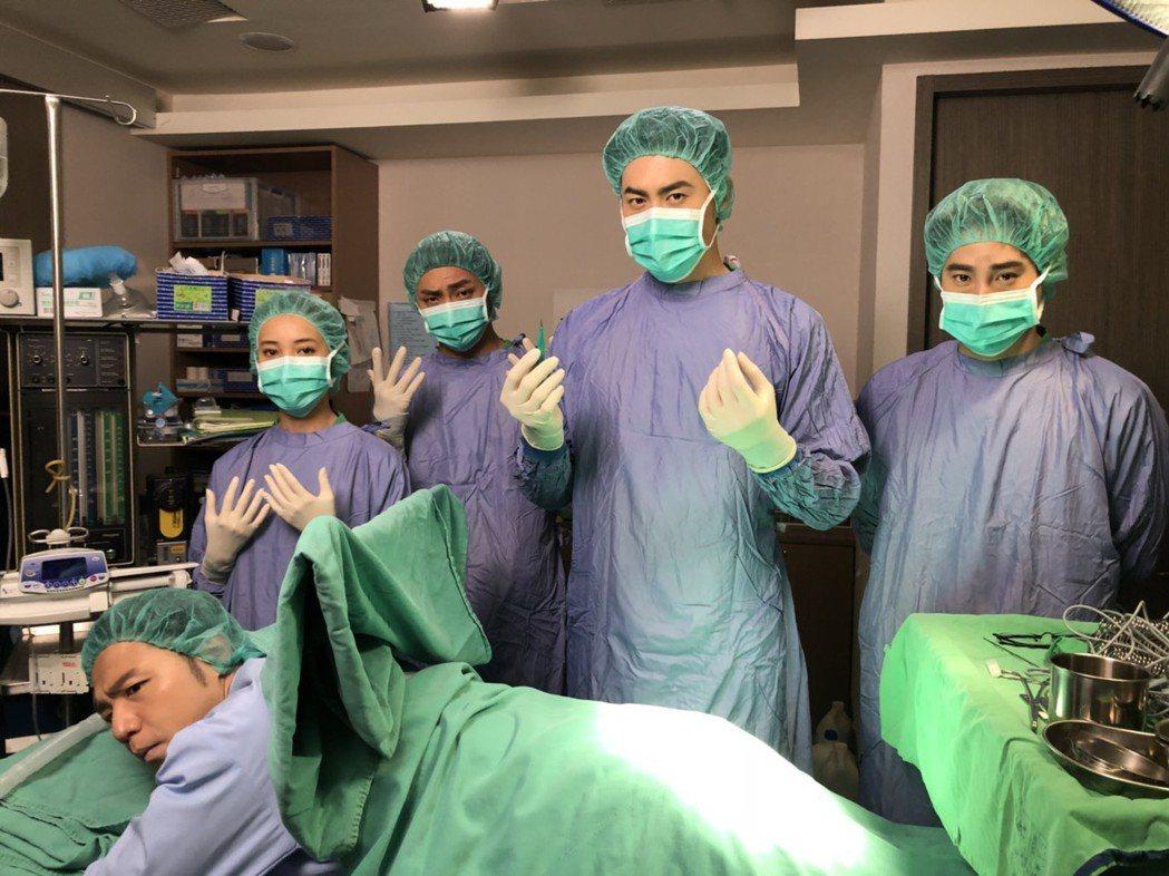 吳東諺(右起)、余秉諺、明杰、夏宇禾演出「實習醫師鬥格」進手術室開刀爆笑畫面。圖...