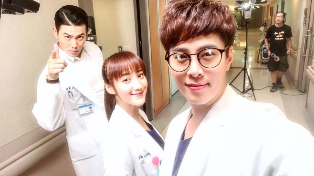 吳東諺(右起)、夏宇禾、余秉諺演出「實習醫師鬥格」。圖/摘自臉書