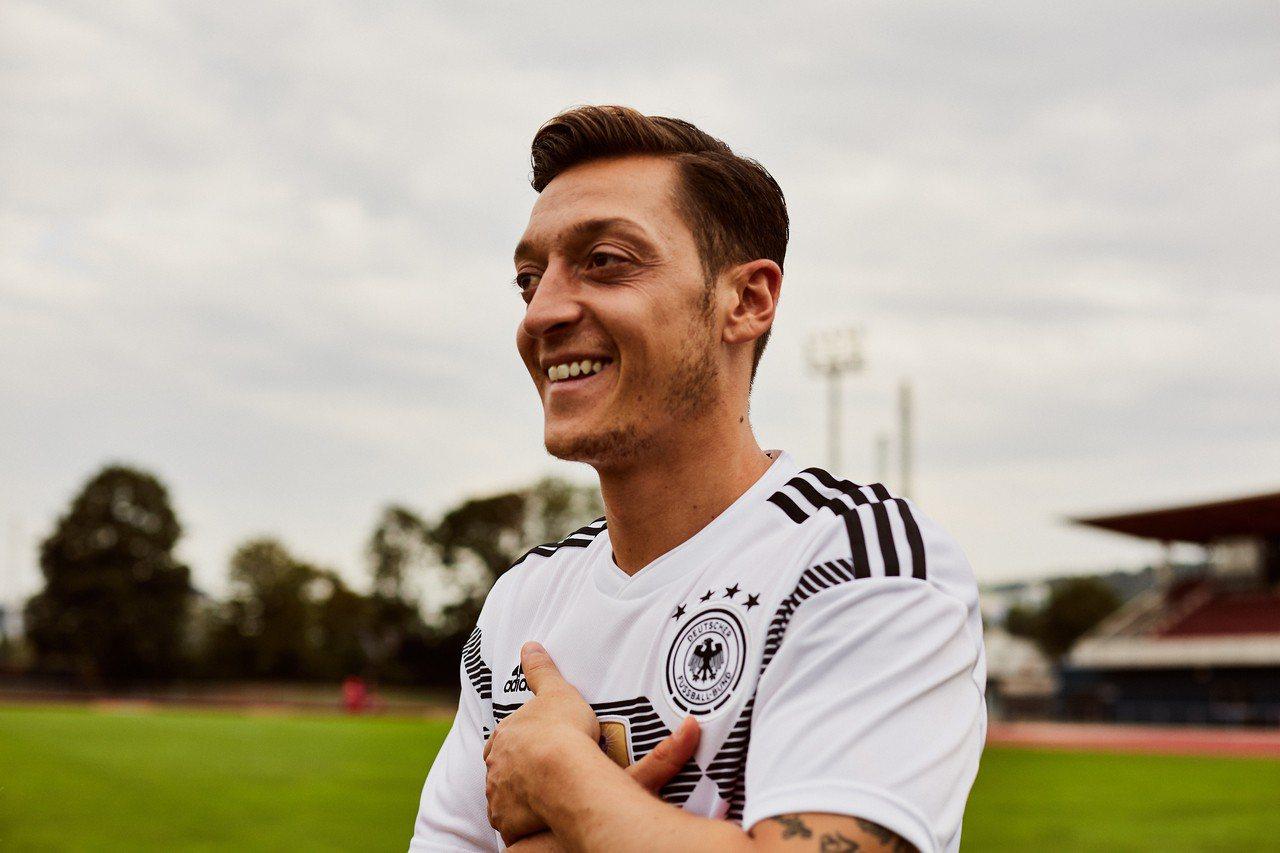 球星厄齊爾披上adidas為2018年世足賽德國國家隊打造的主場戰袍,球員版4,...