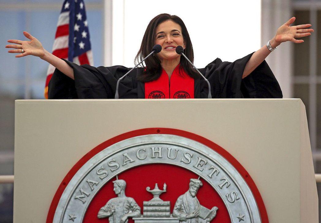 臉書營運長桑柏格在麻省理工學院畢業典禮發表致詞時,鼓勵畢業生運用教育和創新促進民...