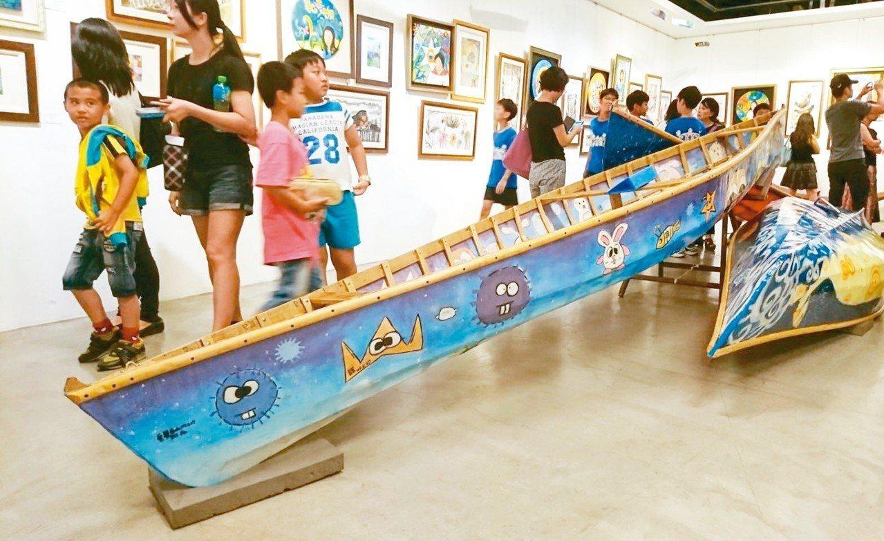 台東市新生國小六年級美術班學生合力打造的3艘蒙皮舟將義賣,所得捐贈縣內弱勢團體,...