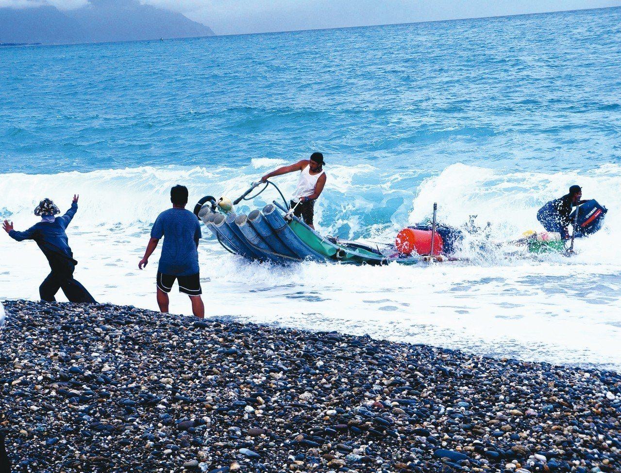 東海岸特殊補魚法定置漁網,拖收漁網上岸實況。圖/有行旅提供