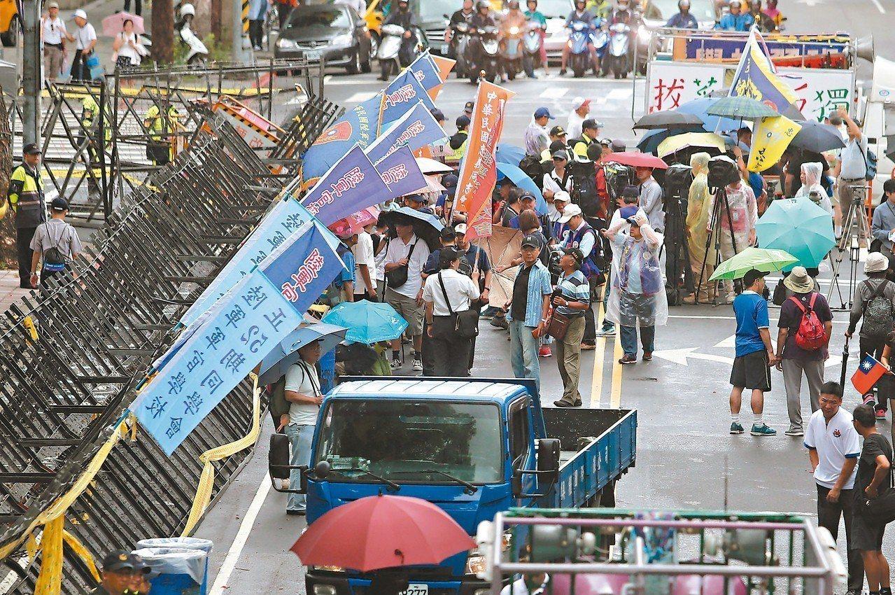 八百壯士等陳抗團體重返立院表達心聲。 記者胡經周/攝影