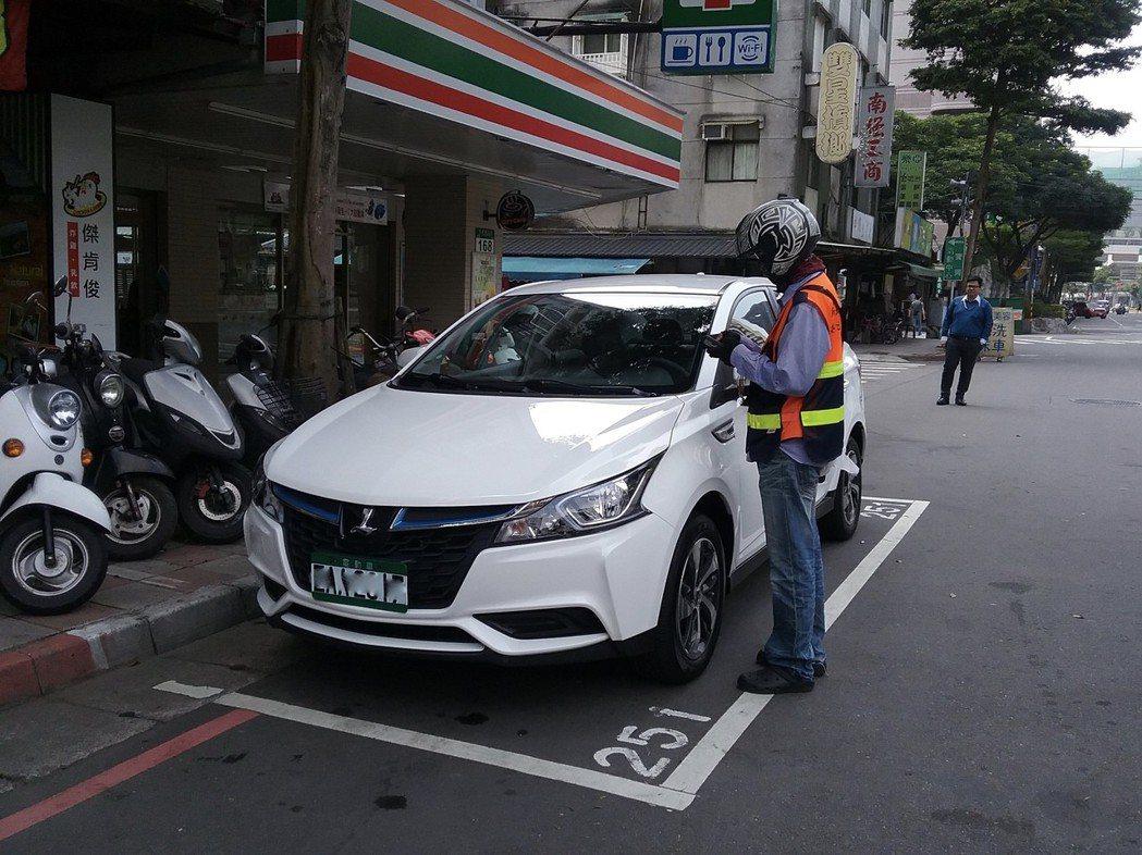 新北市交通局向公路總局取台全台電動汽機車牌,不用申請,可自動辨識即享停車優惠。 ...