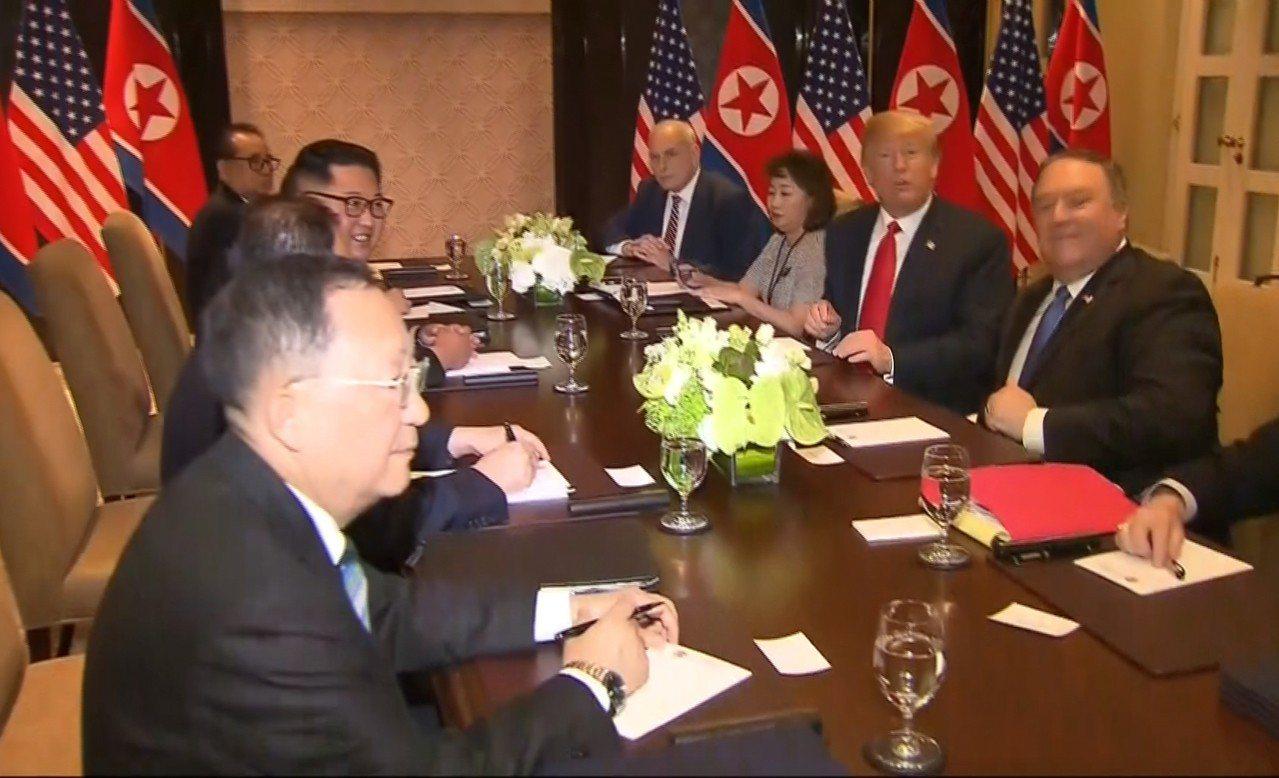 美國總統川普(右二)和北韓領導人金正恩(左二)12日結束一對一會談後,展開第二階...