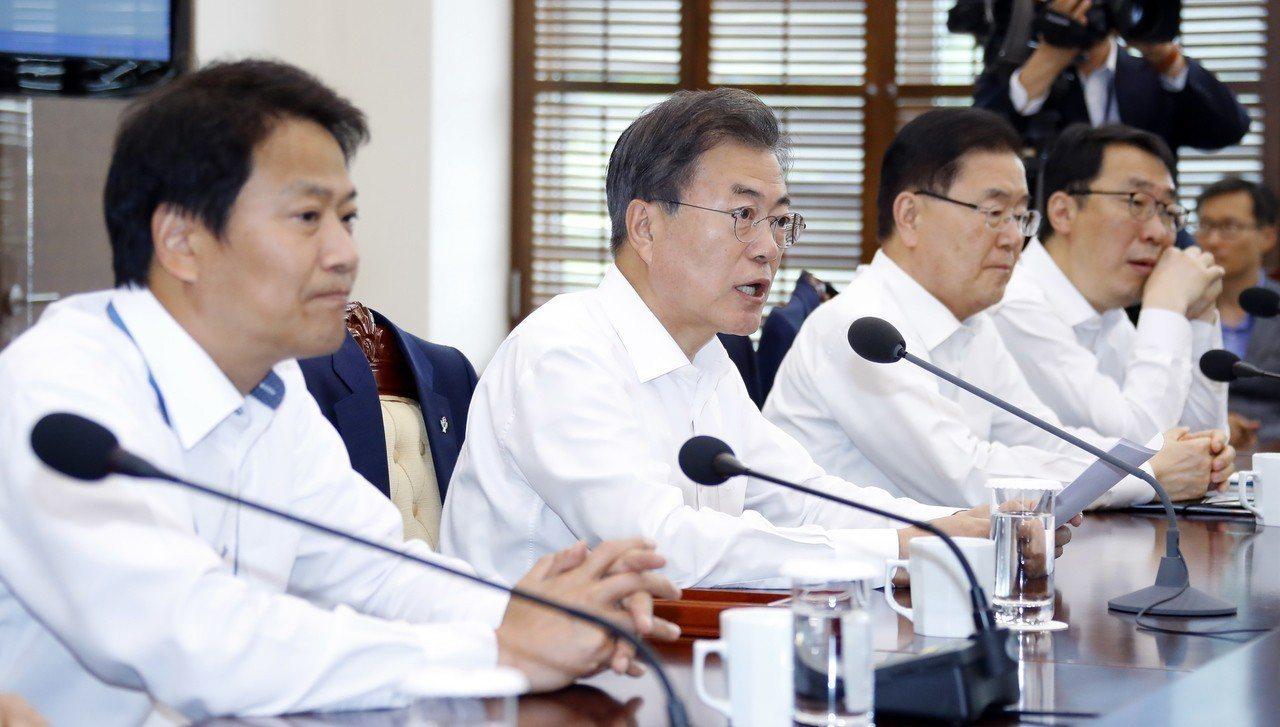 南韓總統文在寅(中)。歐新社
