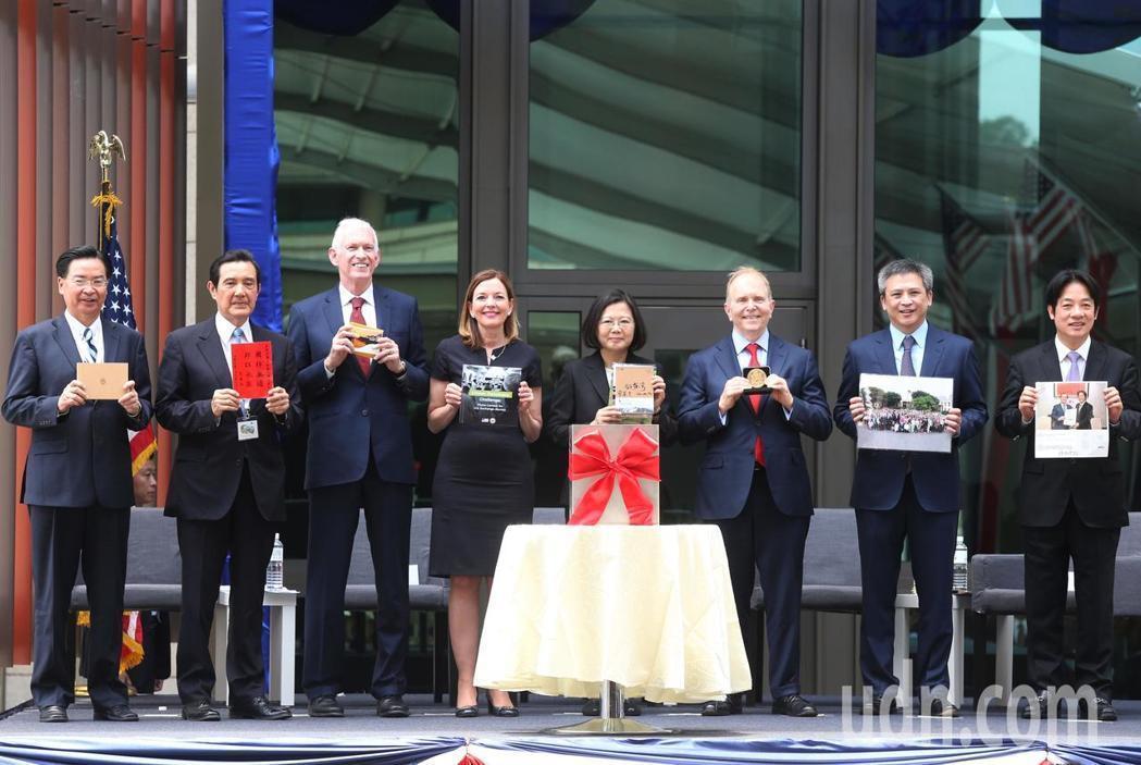 AIT新館落成,外交部長吳釗燮(左起)、前總統馬英九、美國在台協會主席莫健、美國...