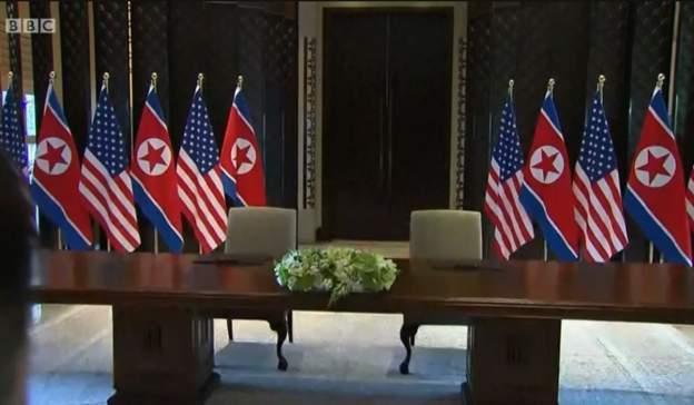 川金會簽署典禮會場。桌上兩隻鋼筆有金字刻字,看起來是川普的簽名。圖/擷自BBC網...