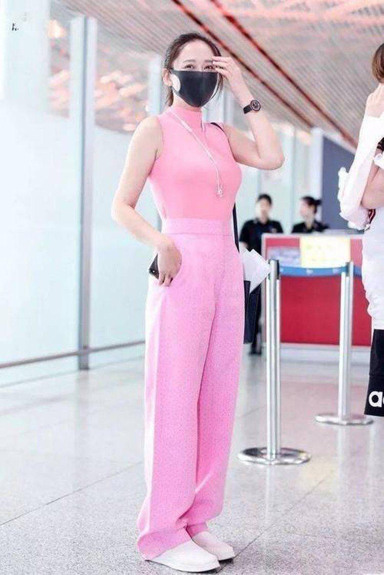 陳喬恩一身粉紅展現少女心。圖/摘自微博