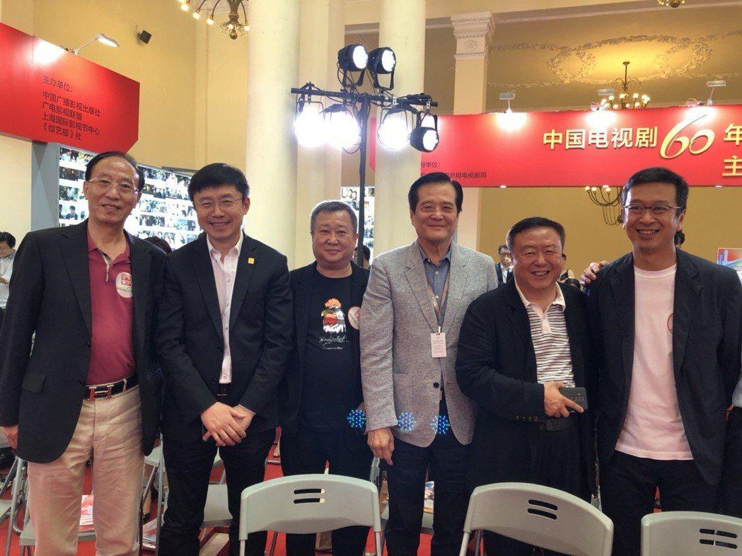 中國電視劇製作產業協會副會長王鵬舉(左起)、愛奇藝CEO龔宇、首都廣播電視製作協