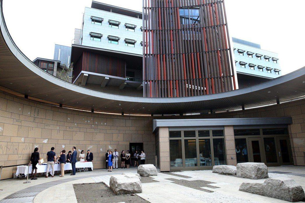 美國在台協會(AIT)內湖新館落成,是台美關係重要里程碑,其中一個入口,以美國及...