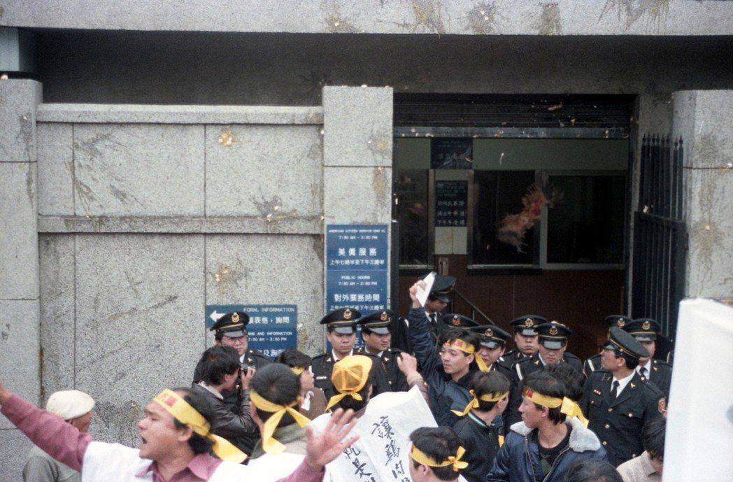 1988年,雞農團體走上街頭,抗議政府開放進口美國火雞肉。 圖/聯合報系資料照片