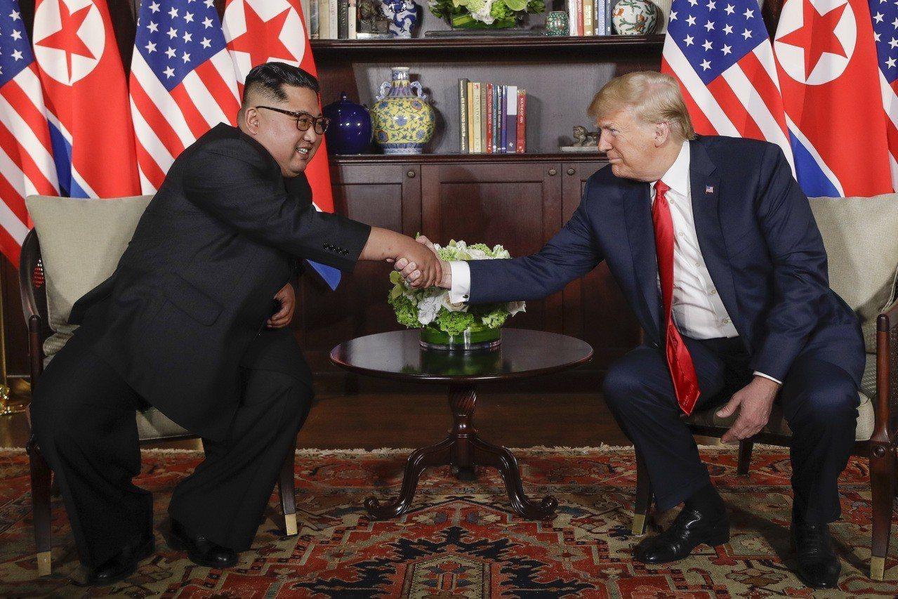 美國總統川普(右)與北韓領導人金正恩12日上午9時在新加坡會面。美聯社