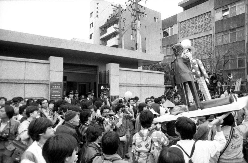 1988年,成千上萬來自全國農民,齊集於北市建國南路高架橋下,在中縣山城農權促進...