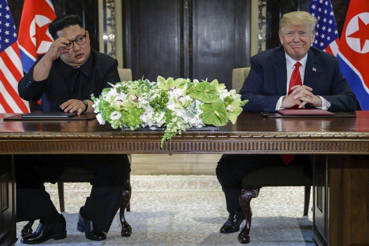 北韓領導人金正恩(左)疑似墊高鞋跟,讓自己變高,至於身高灌水多少,眾說紛紜。路透...