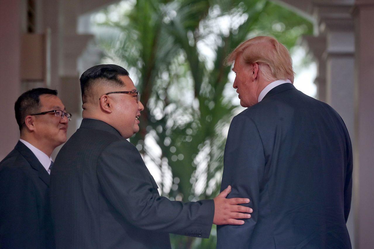 川金會12日登場。CNN報導,兩人歷史性握手後,並肩走了短短的路程中,金正恩透過...