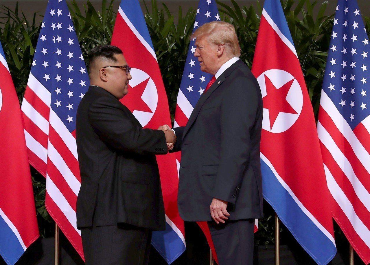 美國總統川普與北韓領導人金正恩12日於新加坡舉行歷史性峰會後,川普推文表示,與金...