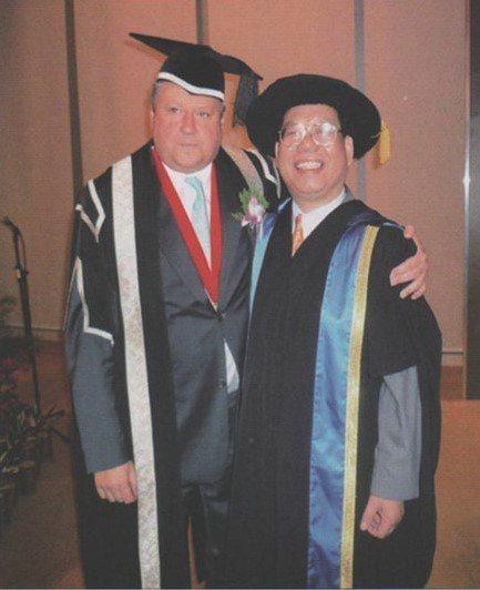 范揚松博士(右)兼任教於台灣大學、瑞士歐洲大學、國立聯合大學等校教授近十年,前後...