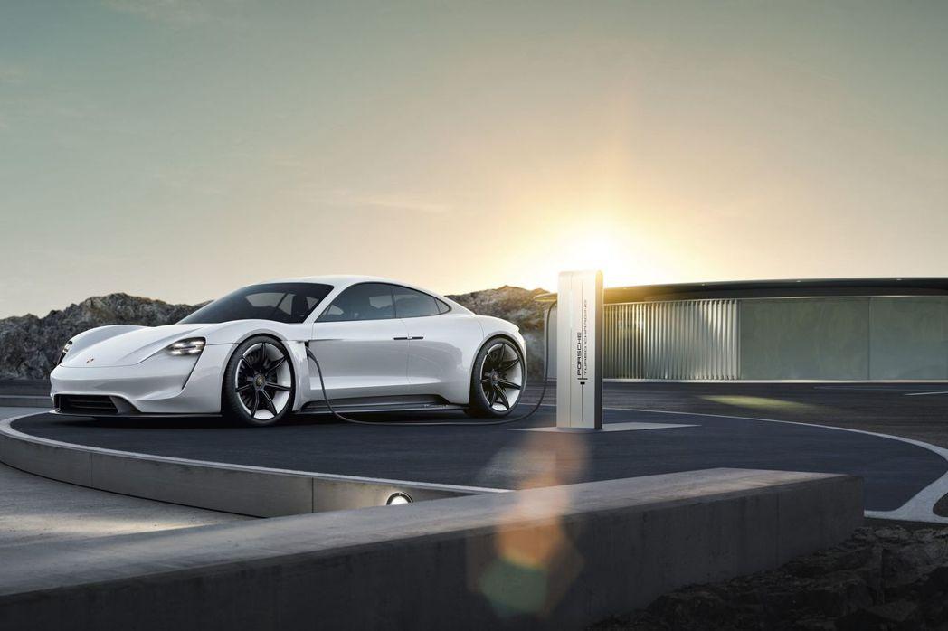 保時捷預計於2022年前在電動車發展領域投資超過60億歐元,金額較原先規劃多出一倍,增資的30億歐元中,約5億歐元投入Taycan車系與周邊基礎設施的開發。 圖/Porsche提供