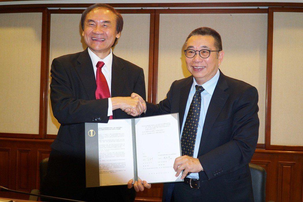 大葉大學校長梁卓中(右)與彰基副院長周志中(左)代表雙方簽約 大葉大學/提供。