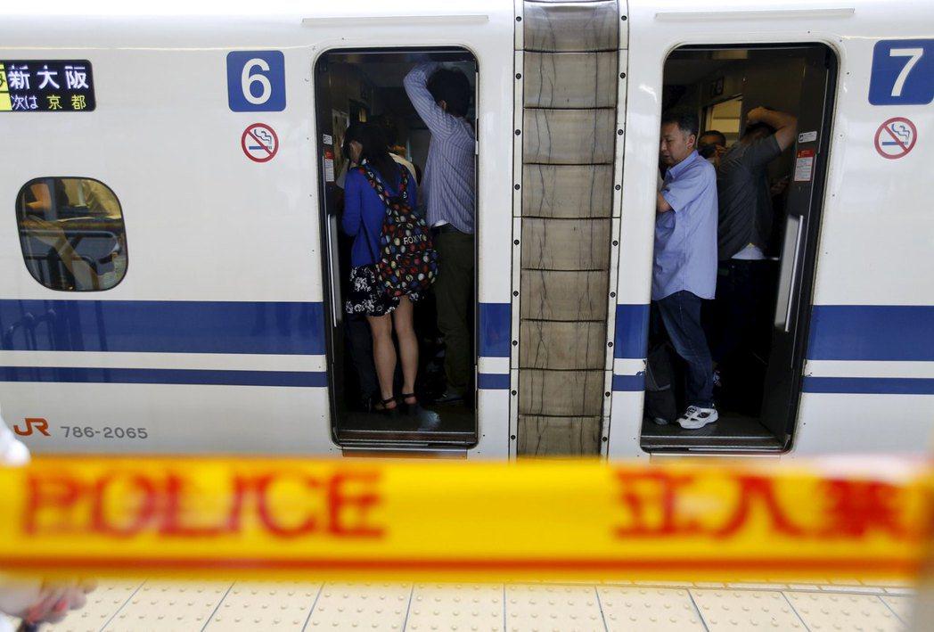 殺人事件發生後,目前各方的建議都是大幅提高新幹線列車上的見警率,並強化防犯設備,...
