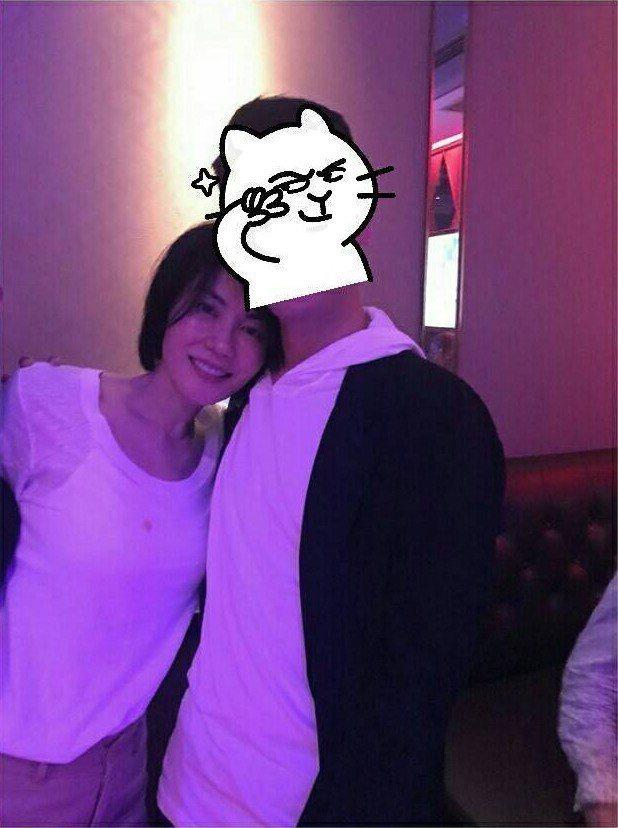 日前有網友放上與王菲的合照,竟意外發現仙氣十足的王菲衣服沾到了油漬。圖/擷自微博...