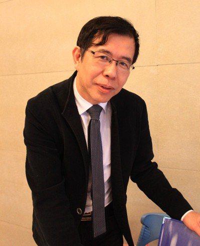 實踐大學講座教授陳超明多年來在偏鄉推動「教會比教完更重要」的英語教學。圖/報系資...