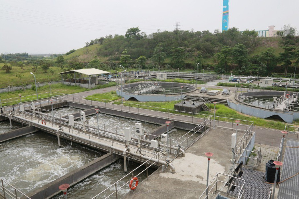 台南市著手將汙水廠的放流水回收處理再利用,發展「再生水」,將可降低台南公共用水的...