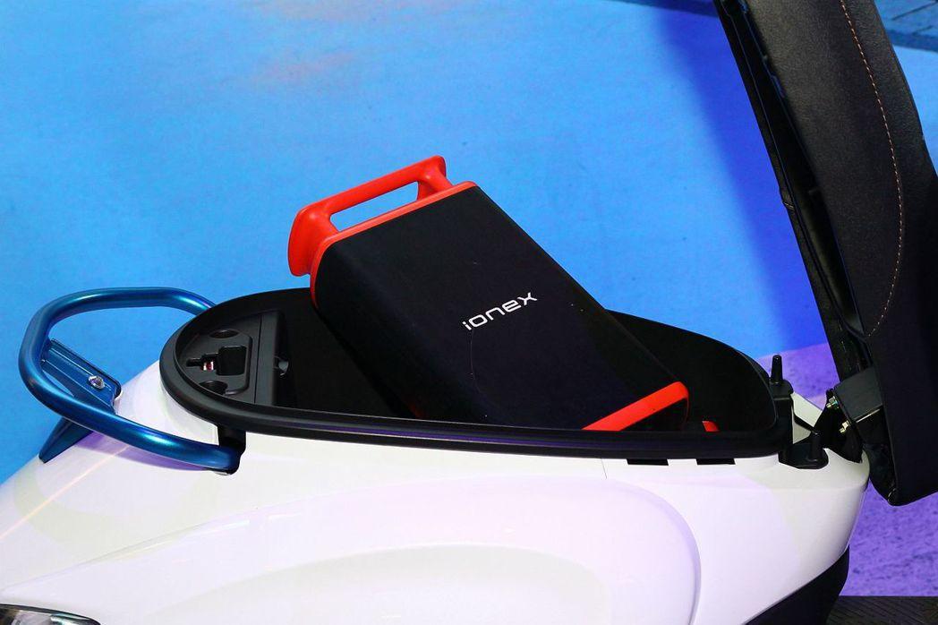 除核心電池與腳踏板下的2顆抽取式電池外,車廂還可以容納額外的3顆電池,使車輛單程續航能力提升到200公里遠。 記者張振群/攝影