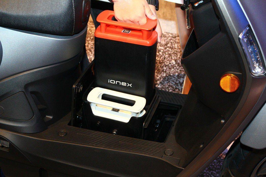 前腳踏板下的兩個電池存放盒,一可適應自用抽取式電池,其二則是替共享電池(橘色)預留空間。 記者張振群/攝影
