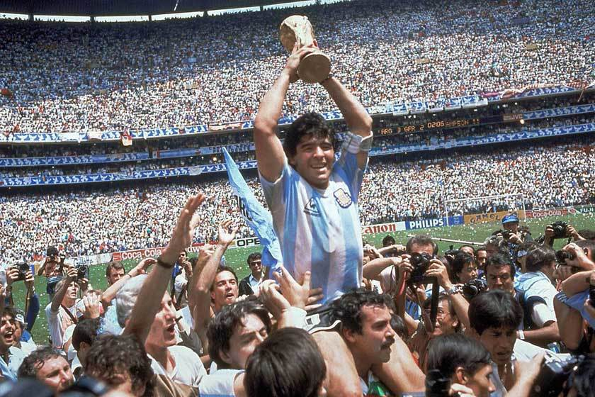 馬拉度納(中)在1986年率領阿根廷贏得世足賽冠軍,對英格蘭之戰的兩個傳奇進球至...