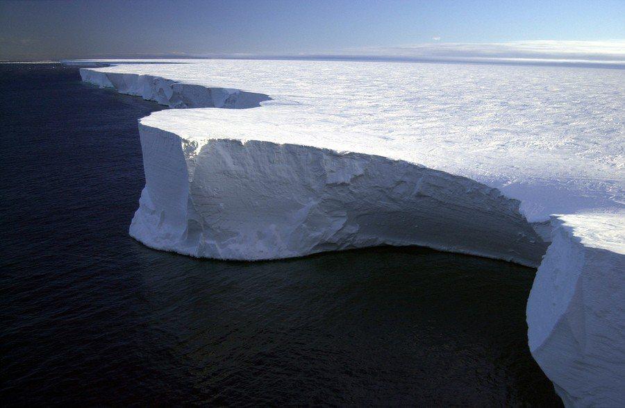 圖為目前最大冰山B-15的一部分。(Photo by pingnews.com ...