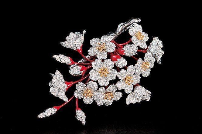 以鑽石來呈現滿開櫻花的作品,此不但可做髮夾亦可做胸針之用。材料為K黃金、鈀金、鑽...