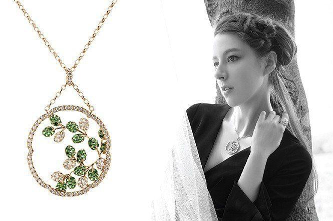 「萬葉」項鍊。將日本最古老的詩歌《萬葉集》擷取來配上石榴石、鑽石、18K黃金。